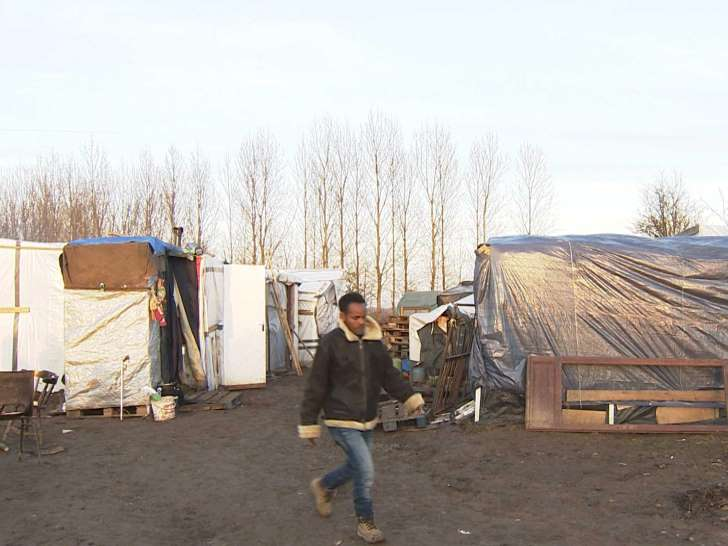 Hundreds of refugees return to 'secret camps' near Calais in bid to reach the UK