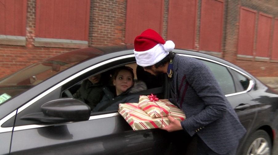 Refugees team up with Rochester Police to deliver Christmas