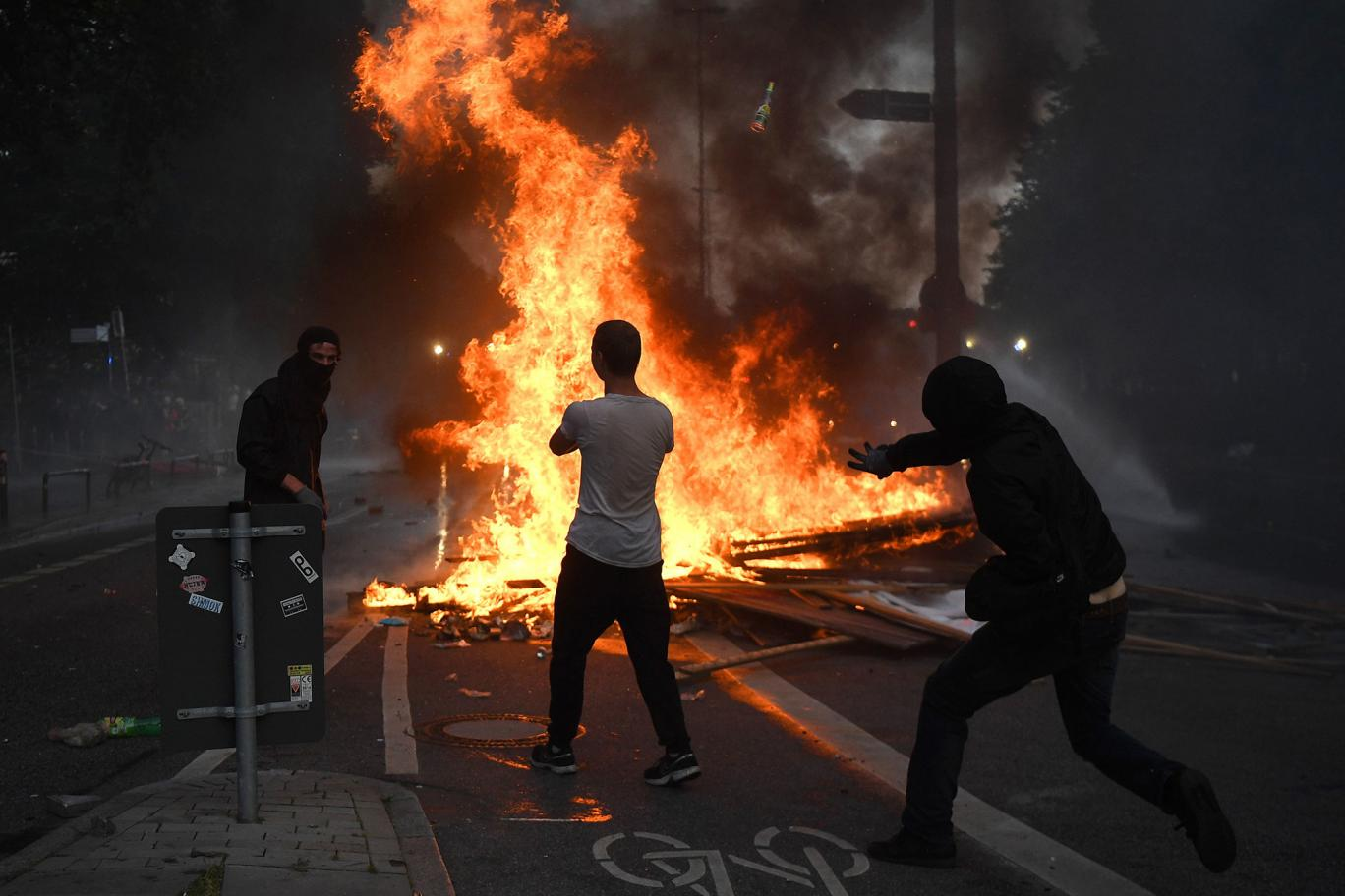 G20 Summit: Refugees call Hamburg rioters 'crazy' after third night of violence